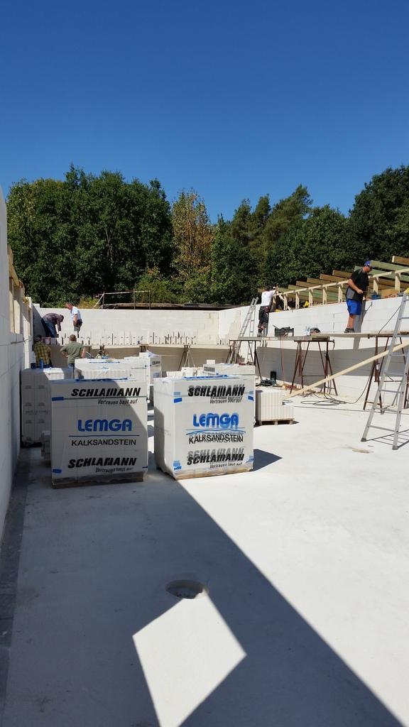 Arbeitdienst 04.08.2018 Das Dach des Schützenhauses wurde verändert, sodass das Regenwasser besser abfließen kann.