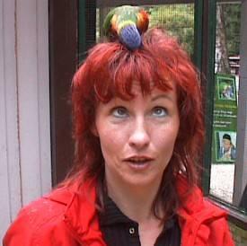 Trainerin mit Vogel