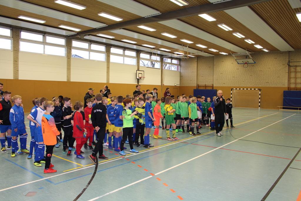Gerolf Wolpmann begrüßt Spieler und Zuschauer