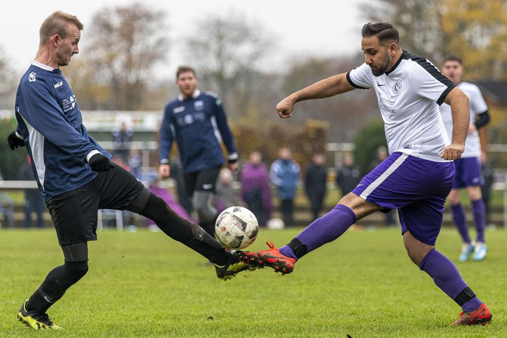 Der SV Bruchhausen-Vilsen II (rechts Feizal Alkozei) hat den Aufstieg weiterhin noch im Blick. (Michael Braunschädel)