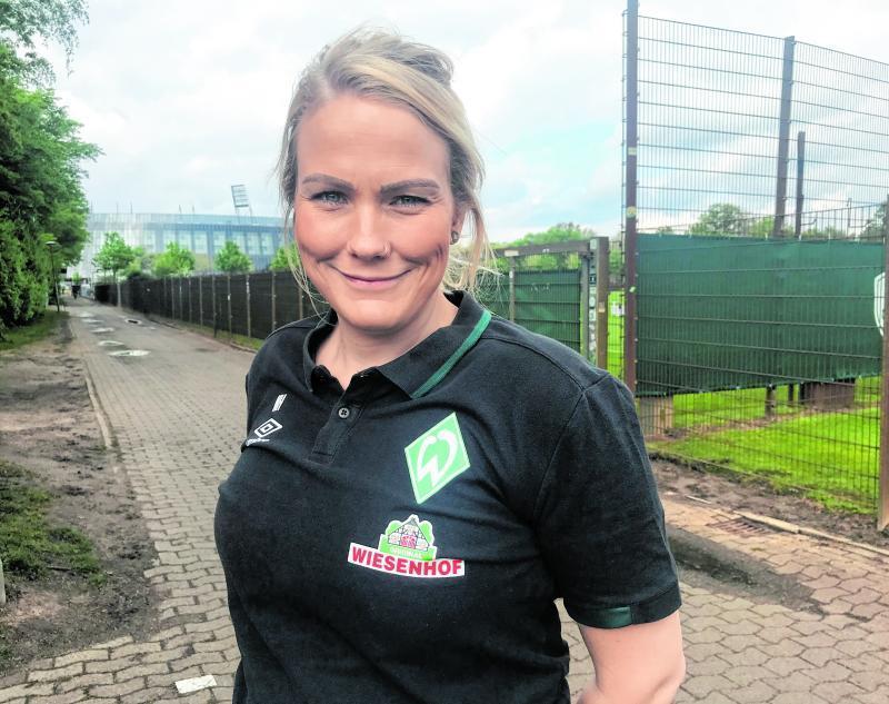Die Werder-Raute auf der Brust, das Weserstadion im Hintergrund: Als Physiotherapeutin von Werder lebt Nane Heitmann ihren Traum.