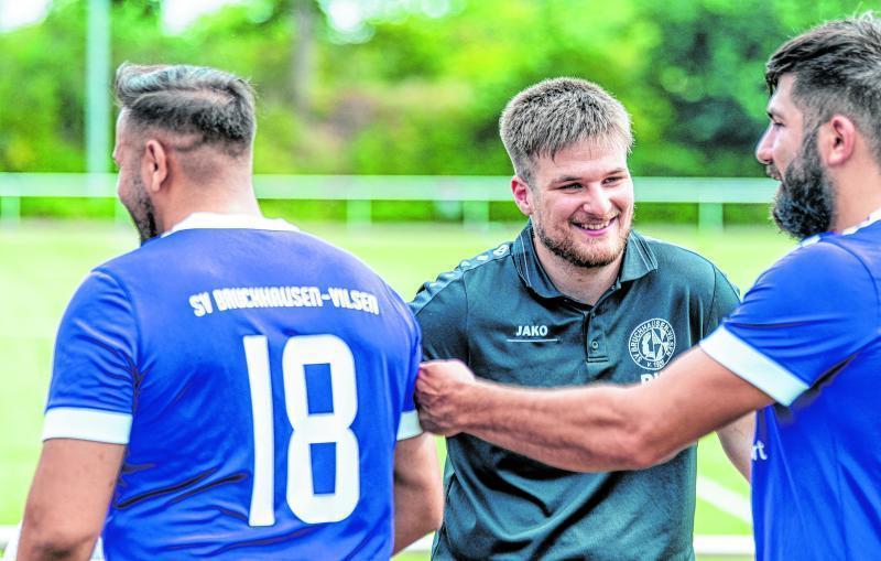 Bester Laune ist Aufsteiger SV Bruchhausen-Vilsen II um Trainer Ben Weber (Mitte). Nach zwei Aufstiegen in drei Jahren gehen die Lilahemden die Herausforderung Kreisliga durchaus selbstbewusst an.