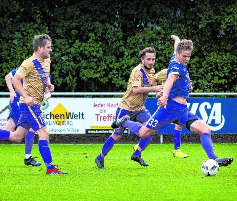 Angreifer Sören Schweers (rechts) schoss seinen SV Bruchhausen-Vilsen II mit seinem Doppelpack zum 2:1-Auswärtserfolg und damit gleichzeitig an die Tabellenspitze der Fußball-Kreisliga Diepholz.