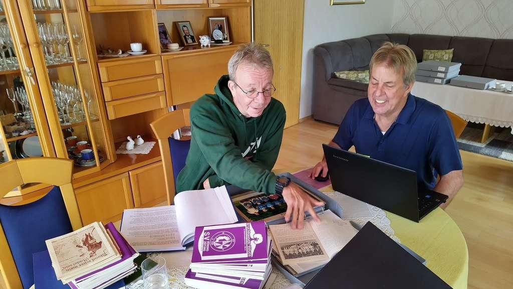 Horst Delekat (links) und Hermann Hamann (rechts) beim Auswählen geeigneter Fotos
