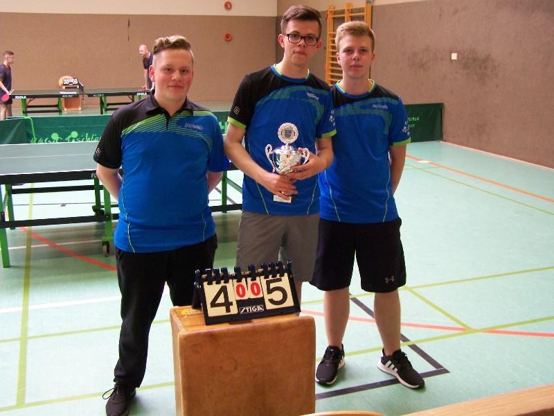 Jungen-Mannschaft als Kreispokalsieger 2018 Yorick Martens, Lukas-Malte Gimpel und Julian Wuckert (von links nach rechts)