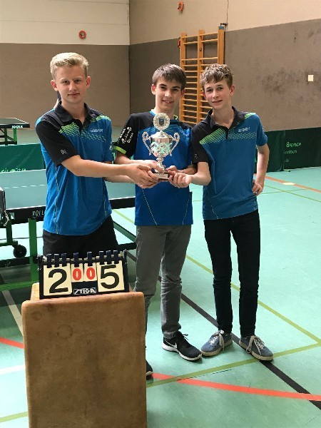 Schüler-Mannschaft als Kreispokalsieger 2018 Vincent Vogel, Clemens Jüttner und Jakob Meier (von links nach rechts)
