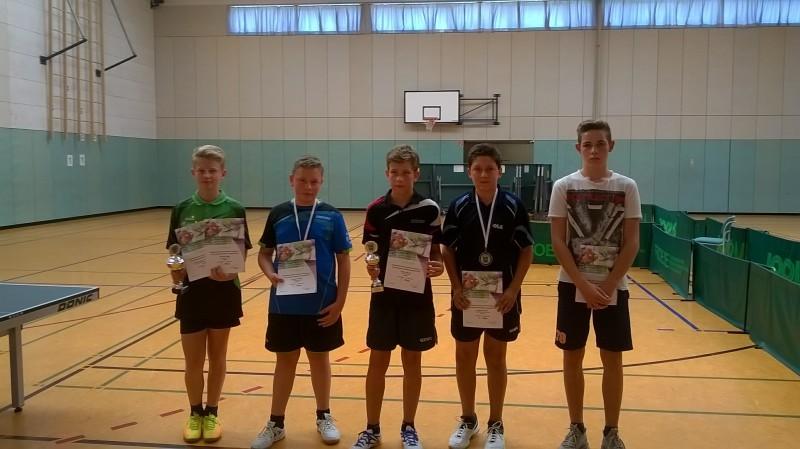 Jugend-Kreismeisterschaften 2016 A-Schüler-Konkurrenz mit Yorick Martens (2. von links; 3. Platz Einzel und Kreismeister Doppel) und Vincent Jüttner (ganz rechts; 2. Platz Doppel)