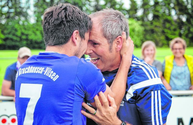 Kein Bild könnte den Abschluss von Jörn Meyers Pokalreise besser zusammenfassen: Nach dem 1:0 über die U23 des TuS Sulingen herzt der Trainer Jan-Hendrik Schwirz – für beide war es das letzte Spiel bei