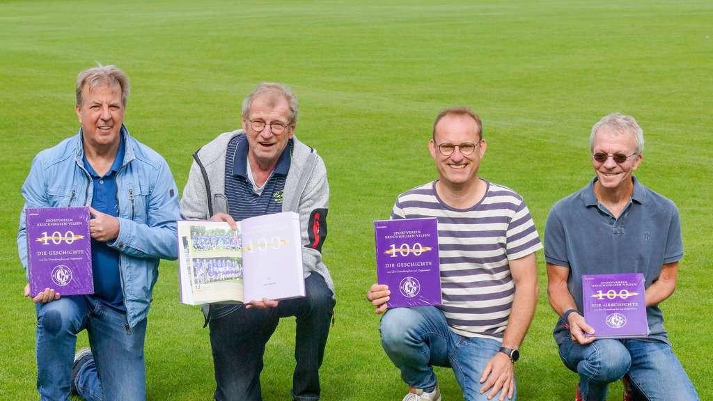 So sehen Sieger aus (von links): Hermann Hamann, Schorse Hansemann, Thomas Warnke und Horst Delekat präsentieren die Vereinschronik des SVBV, die das Niedersächsische Institut für Sportgeschichte unter