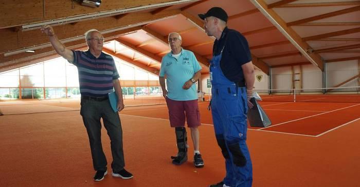 Zufrieden mit den neuen Heizstrahlern (v.l): Tennis-Abteilungsleiter Heiner Schwarting, Vorsitzender Günter Gitz und Philipp Grünig von der ausführenden Firma.