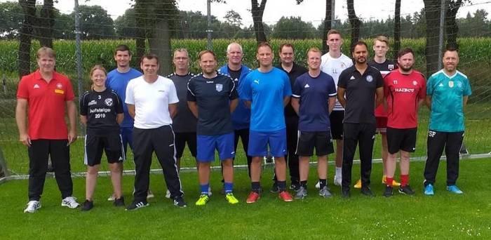 Alle haben bestanden: Harald Rehorst (links) stellte sich nach dem Lehrgang zur C-Lizenz mit den erfolgreichen 14 Prüflingen zum Gruppenbild. Foto: NFV-Kreis Verden