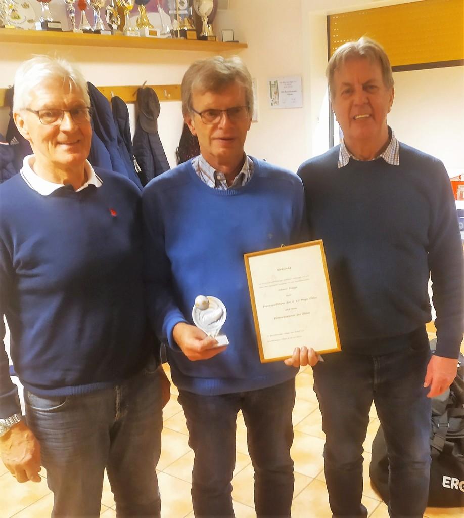 Ehrenreiseleiter und Ehrenspielführer Johann Mügge (Mitte) mit Werner Kastendieck (links) und Hermann Hamann